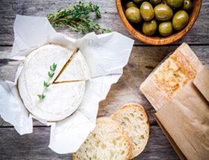 Camembert und Baguette
